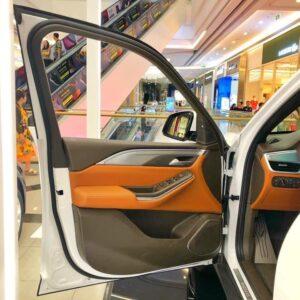 Cửa xe VinFast Lux SA2.0 mở rộng giúp ra vào xe dễ dàng