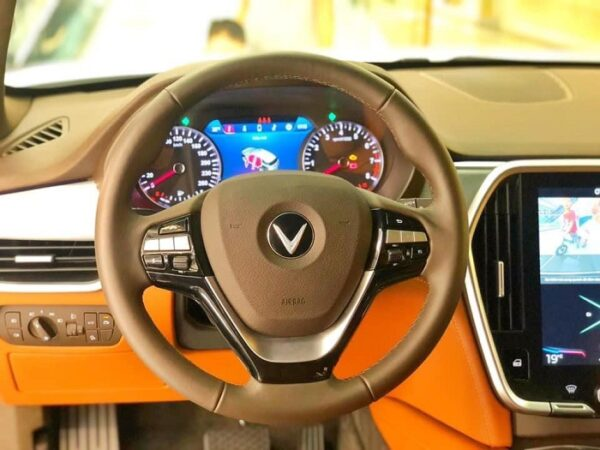 Vô lăng VinFast Lux SA2.0 thiết kế thể thao và tích hợp các nút điều khiển