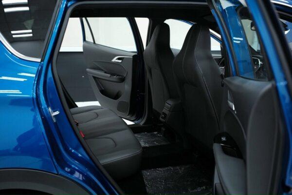 Hàng ghế sau xe điện VF e34 thoải mái cho 3 người lớn, có hốc gió giúp làm lạnh đều và sâu