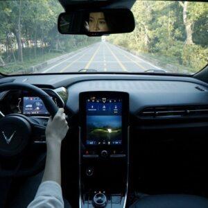 Khoang nội thất VinFast VF e34 hiện đại với màn hình trung tâm cỡ lớn 10 inch