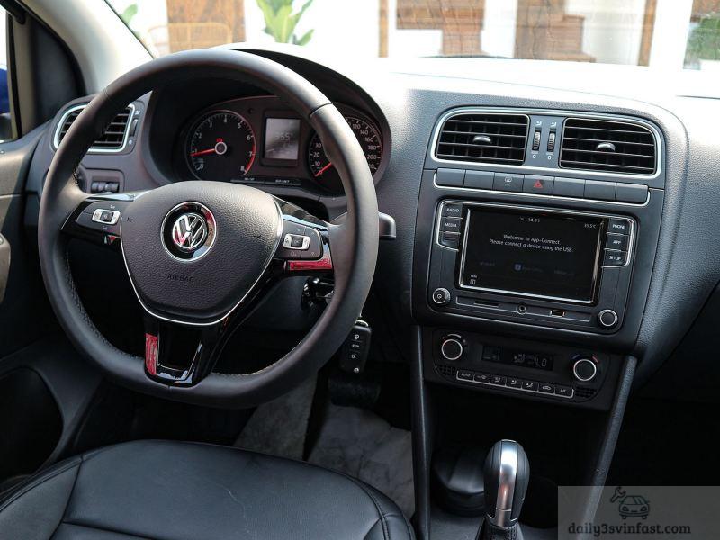 Vô lăng bọc da cao cấp của Volkswagen Polo Hatchback