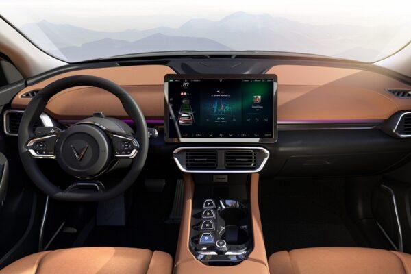 Khoang nội thất hiện đại với màn hình trung tâm cỡ lớn 15,4 inch. Xe không có đồng hồ sau vô-lăng. Các thông tin này được tích hợp với phần bên trái của màn hình trung tâm. Cũng có thông tin cho rằng VinFast sẽ trang bị màn hình HUD cho VF e35.