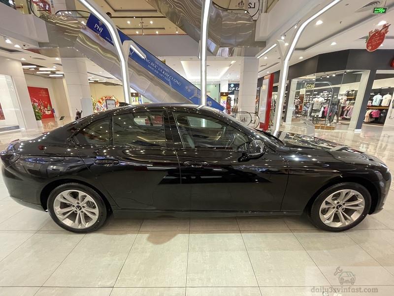 Được phát triển trên khung gầm của BMW 5 Series, vì vậy Lux A2.0 sở hữu tỉ lệ thiết kế thiên về hiệu năng tương tự.