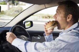 Hình 1: Đồ ăn trên xe khiến gây mùi
